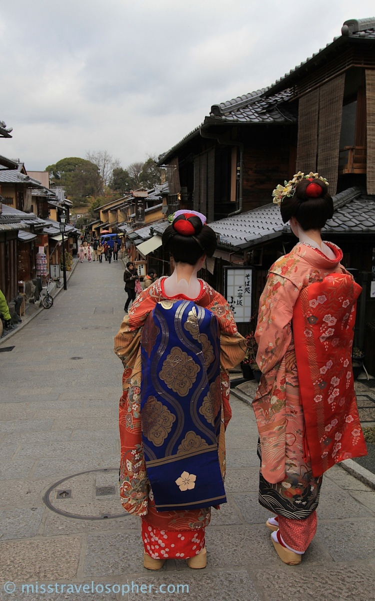 Real maiko or not, don't you agree that the kimono and obi they are wearing are so exquisite and beautiful? :)