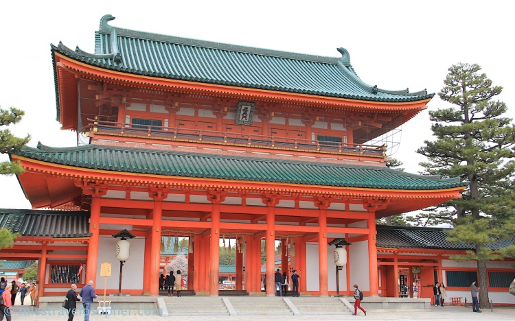 Beautiful architecture and colors: The main gate (Otenmon) of Heian Jingu
