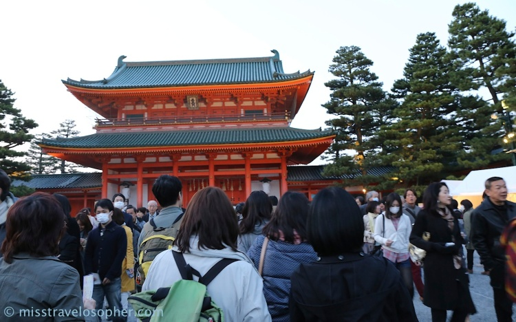 Long queue to enter the shrine. Doors opened at 6.15pm for the concert